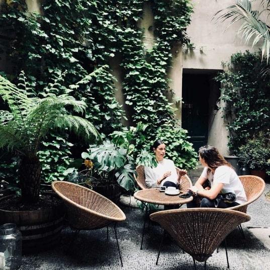 SIX Milano: un po' corte milanese un po' giardino coloniale