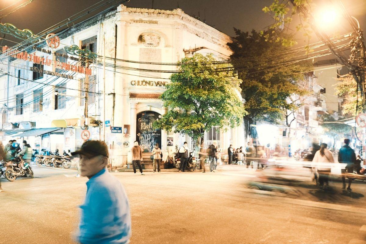 Hanoi: la capitale, il traffico e i ristoranti veg Una città che non dorme, in cui camminare per strada non è previsto e dove si nascondono anime diverse