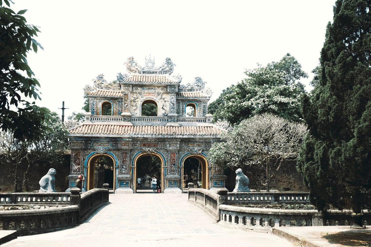 Hue: l'antica capitale L'antica capitale, le pagode e i templi buddisti, ma anche i segni di una guerra ancora troppo recente