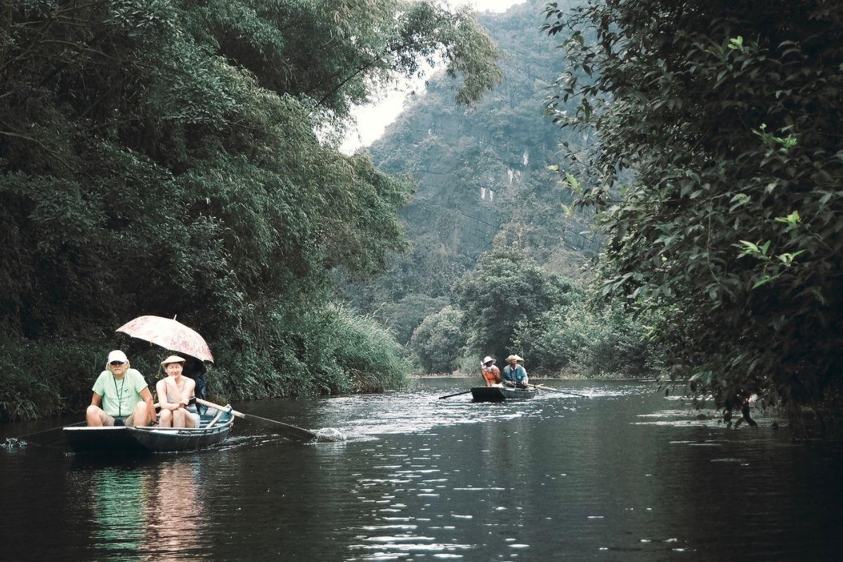 Ninh Binh: i canali e i templi dove meno te lo aspetti La provincia dove ci si muove sull'acqua o in bicicletta