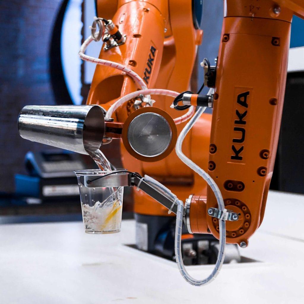 robo-to-il-primo-robo-drink-bar-della-citta