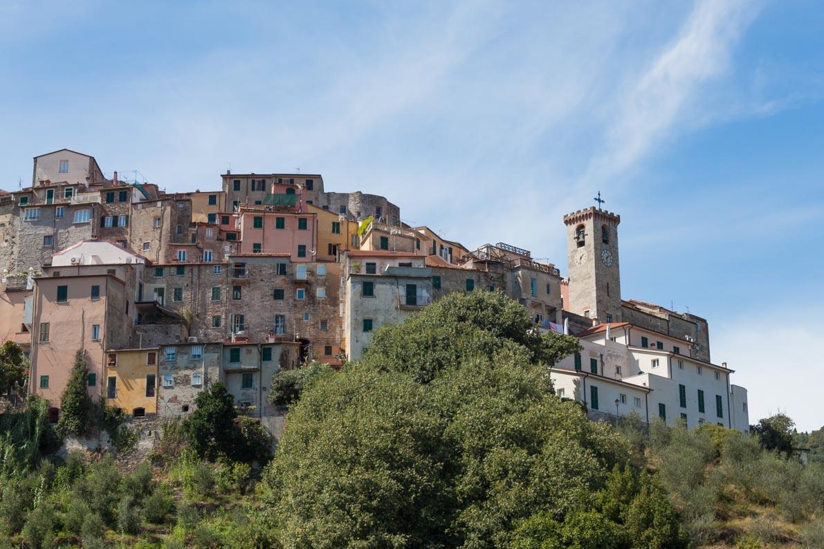 Ameglia | un borgo dai colori pastello in Val di Magra