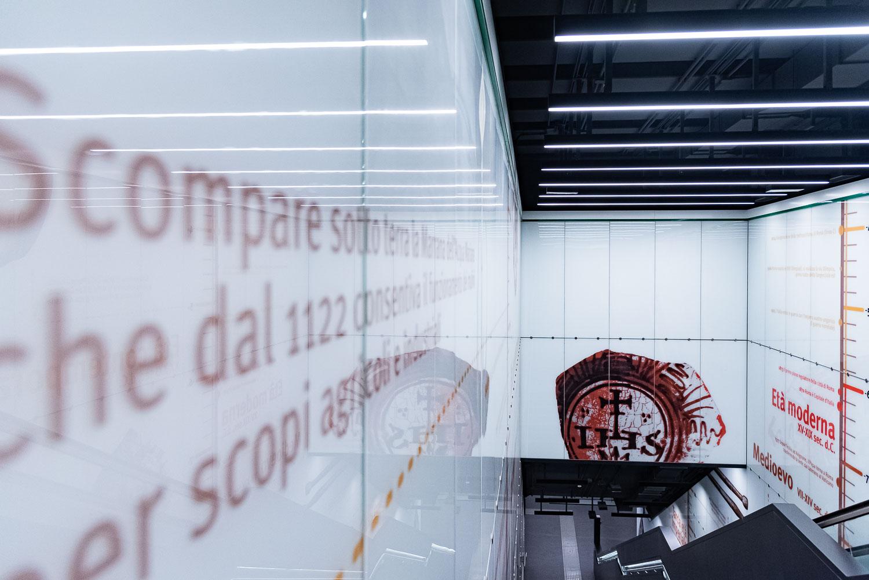 Pannelli informativi lungo le scale mobili della fermata San Giovanni della linea C della metropolitana di Roma