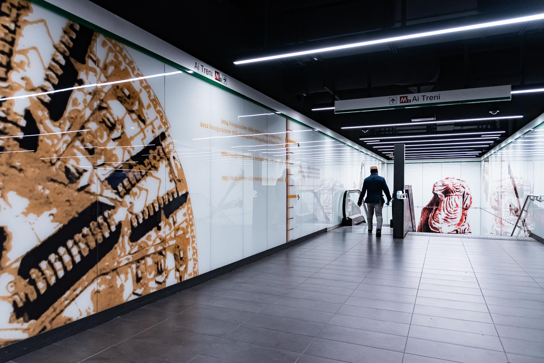 """Dall'atrio verso i treni nella fermata della metro C """"San Giovanni"""" a Roma"""