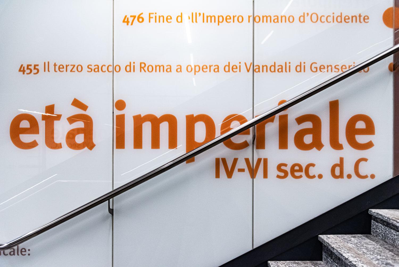 Indicazione delle epoche in base alle differenti profondità di scavo nella fermata della metro C San Giovanni a Roma