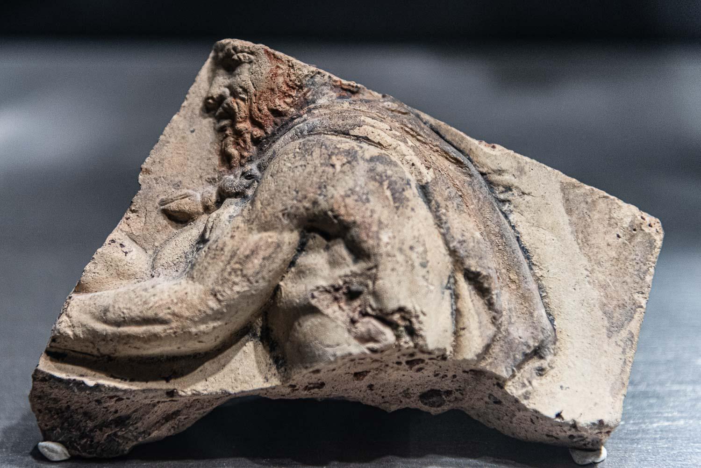 Dettaglio di un reperto archeologico scoperto durante gli scavi per la costruzione della fermata San Giovanni della metro C a Roma