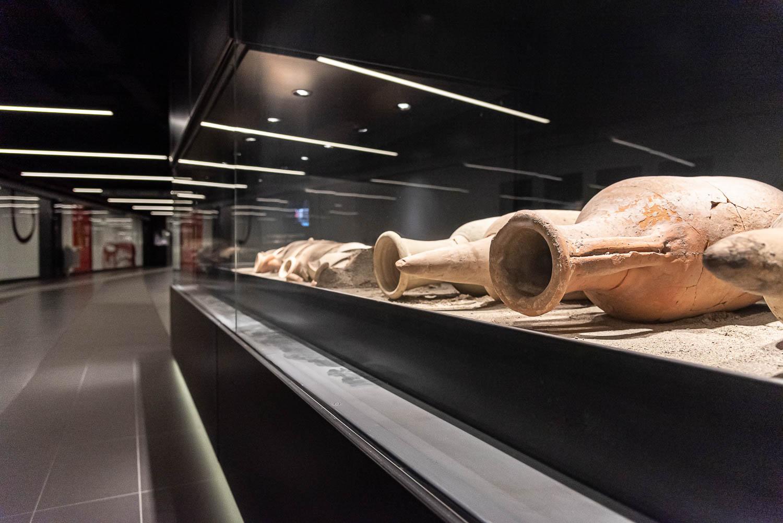 Teca espositiva con reperti archeologici nella fermata San Giovanni della linea C della metropolitana di Roma