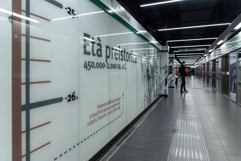 Banchina di attesa del treno alla stazione San Giovanni della metropolitana di Roma linea C
