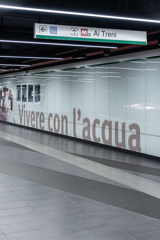 Teche e pannelli informativi nella stazione della metropolitana San Giovanni