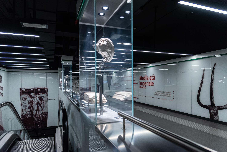 """Teche espositive, pannelli informativi e reperti archeologici nella stazione """"San Giovanni"""" della linea C della metropolitana di Roma"""