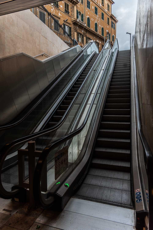Scala mobile ingresso fermata metro C San Giovanni Roma