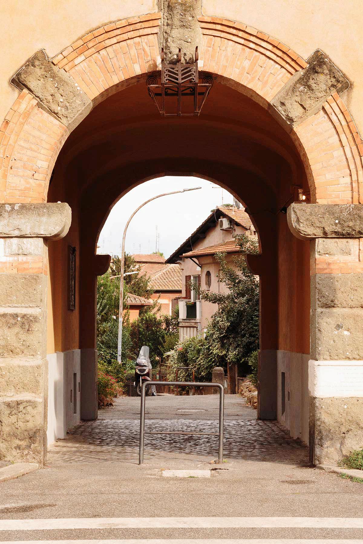 Garbatella, Piazza Benedetto Brin, passaggio ad arco