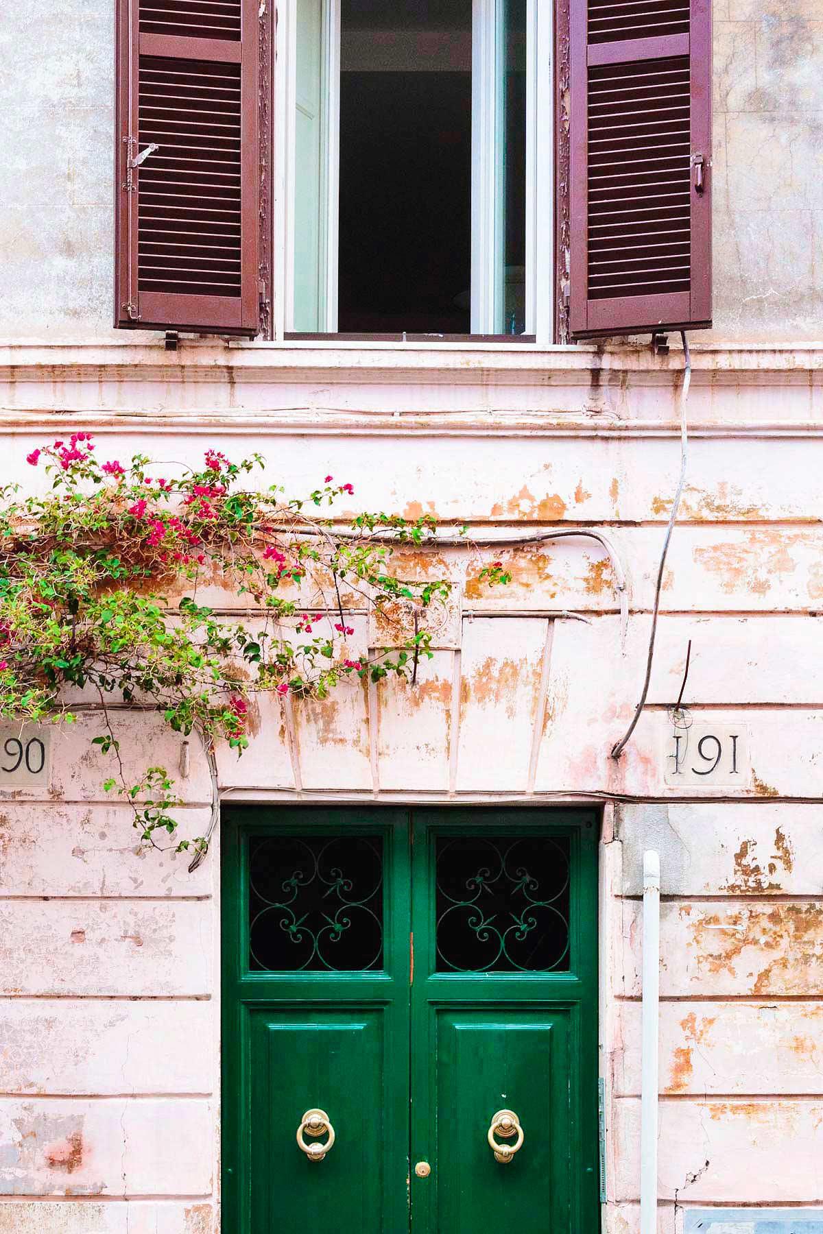 Borgo Pio, edificio caratteristico con porta verde