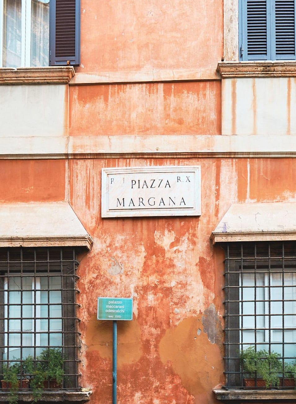Piazza Margana, tra le piazze minori del centro storico, Roma