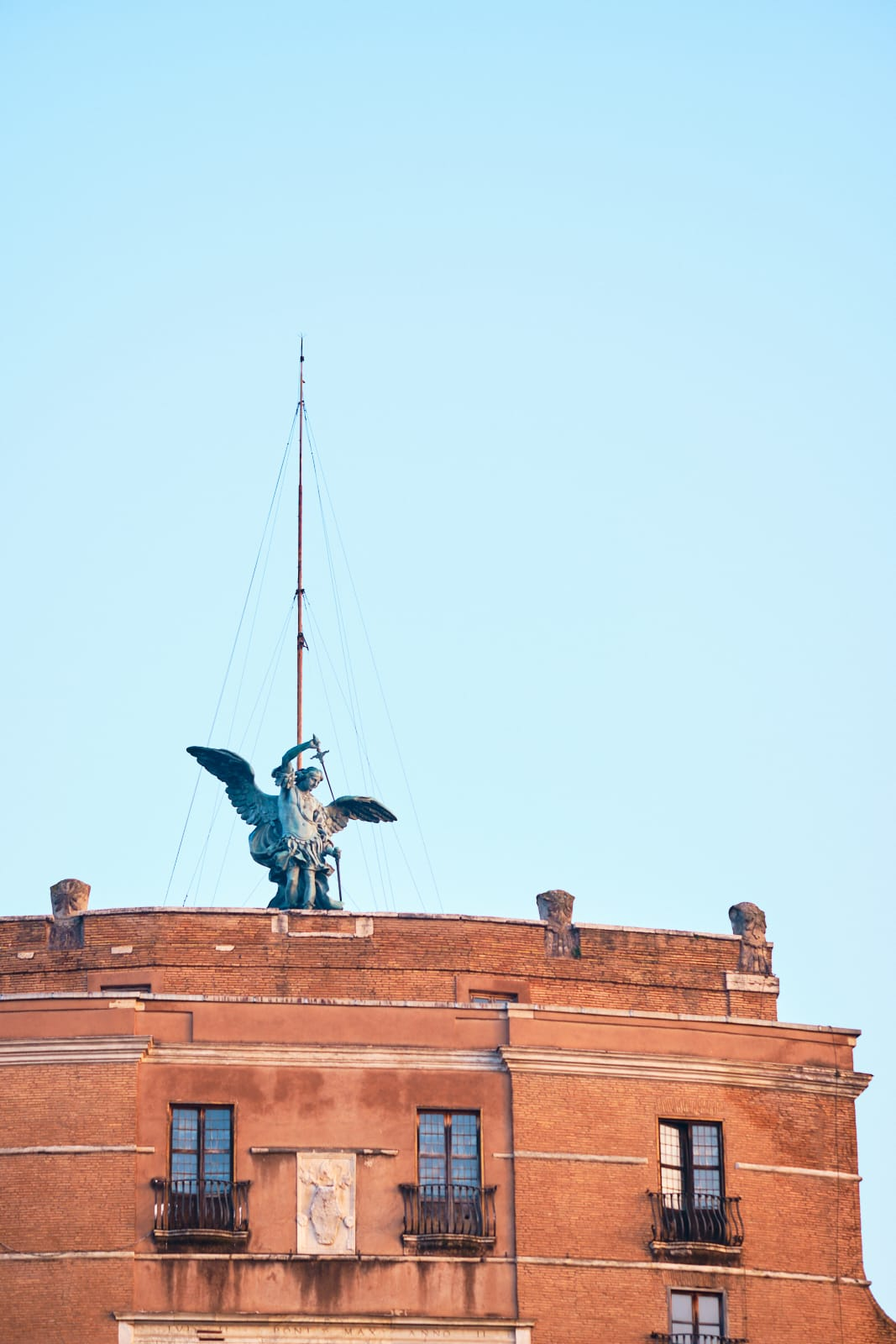 Statua dell'arcangelo Michele che ripone nel fodero la spada, Castel Sant'Angelo, Roma